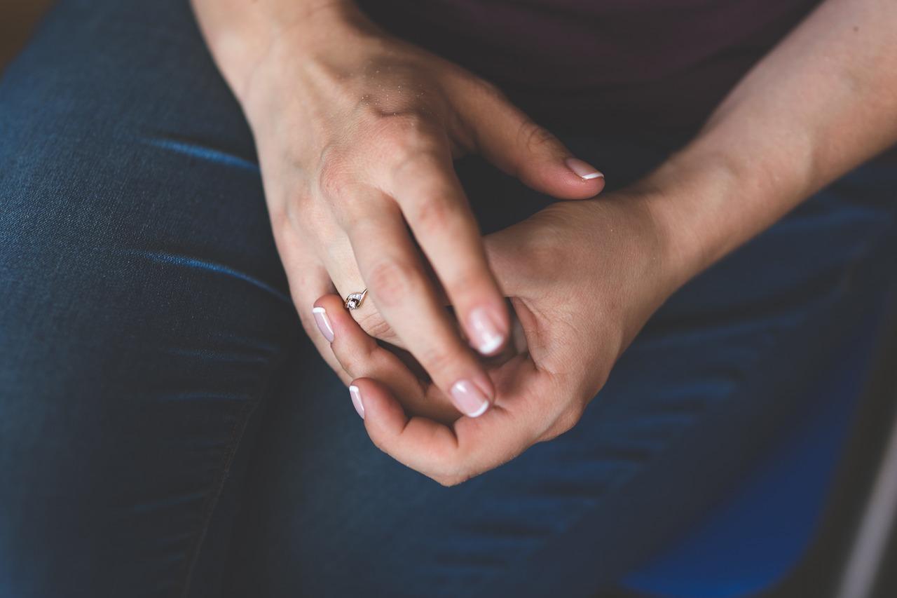 Złote pierścionki zaręczynowe – jak wybrać idealną biżuterię?